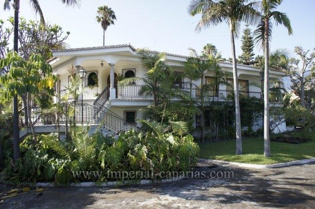 Chalet in El Durazno  -  Huge villa with big private park next to La Paz area!