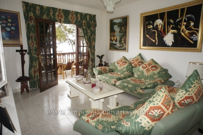 Spacious apartment with three bedrooms and two bathrooms in a central area