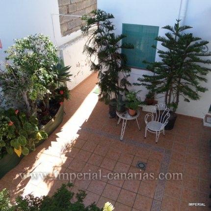 Wohnen Sie in diesem renovierten kanarischen Reihenhausin La Vera mit Patio und Dachterrasse mit schöner Aussicht.