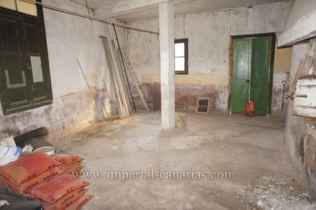 Huge ground floor flat to be refurbished. Perfect for business.