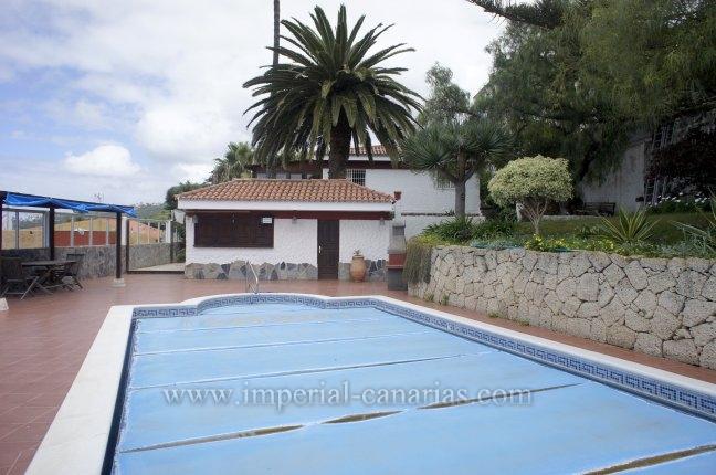 Chalet en Puntillo del Sol con piscina, apartamento de huéspedes y jardines.