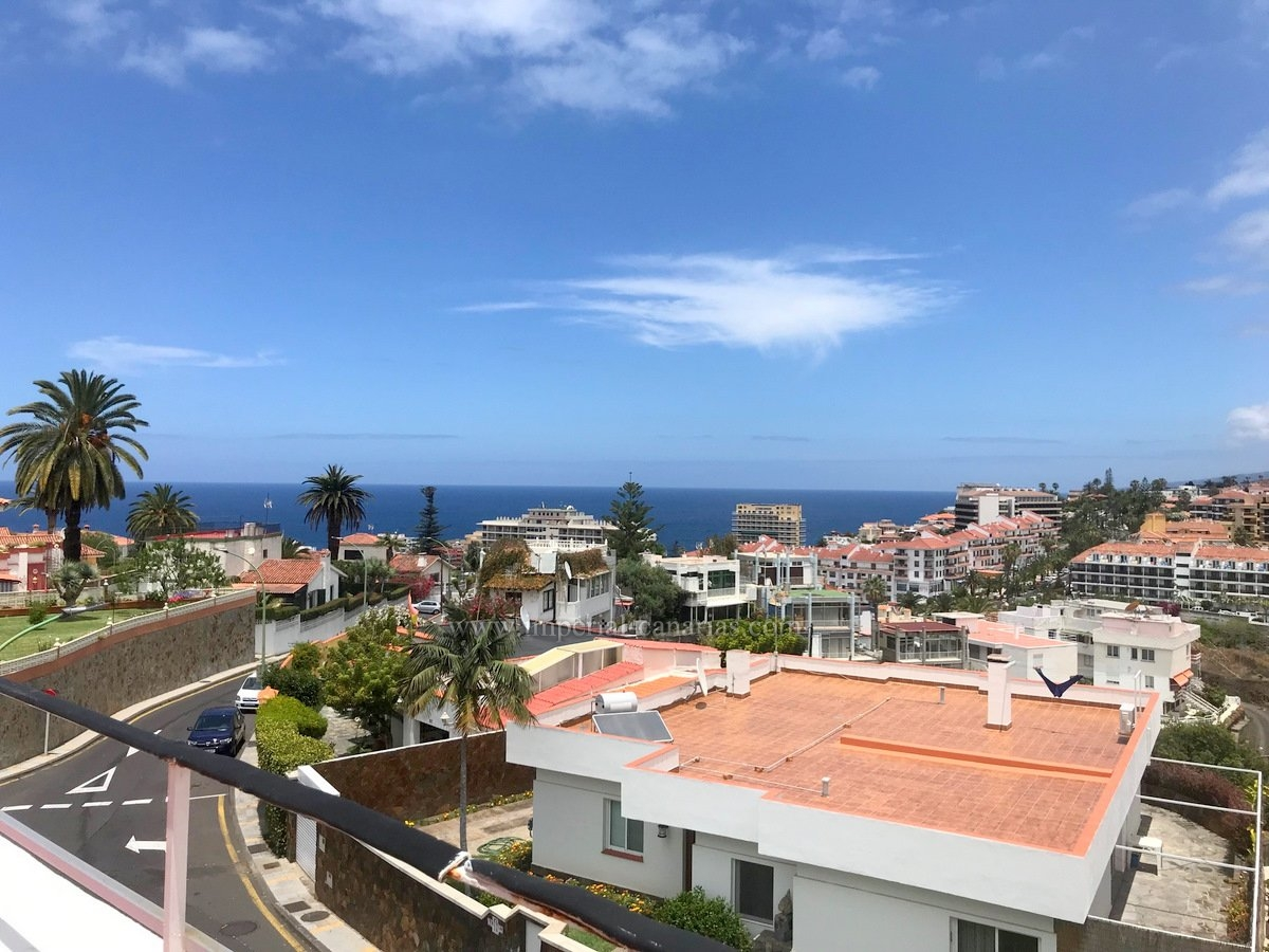 Enjoy beautiful views over Puerto de la Cruz from this penthouse near the Taoro Park