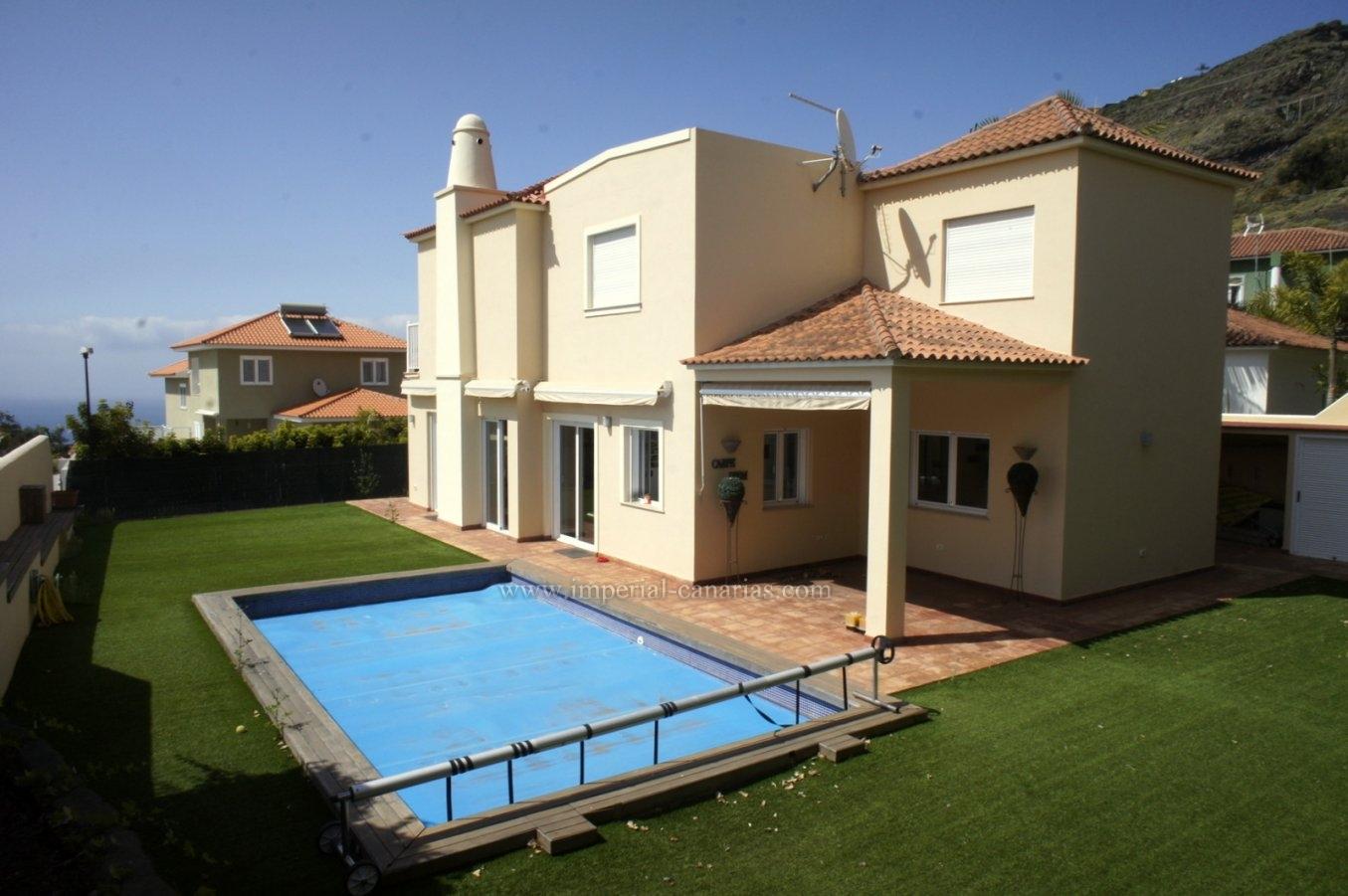 Fantastic villa with swimming pool and views, next to Puerto de la Cruz!