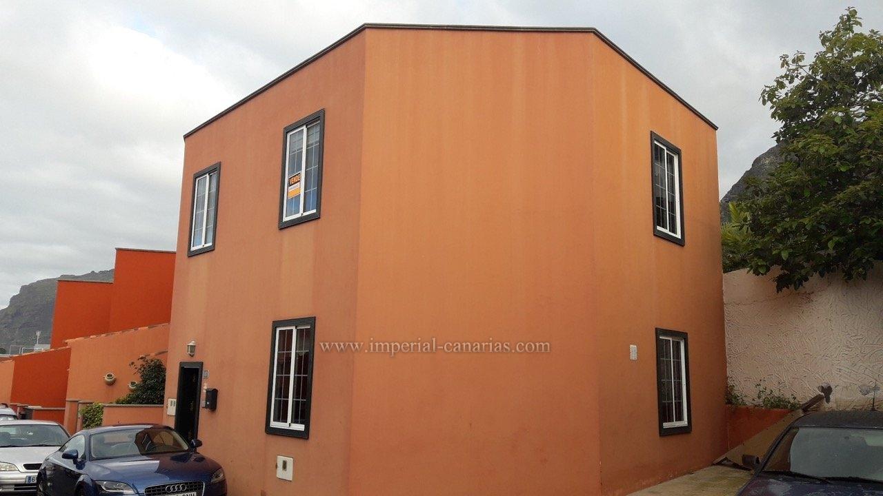 Pareado ideal para una familia con tres dormitorios y garaje en zona tranquila residencial de Los Silos.
