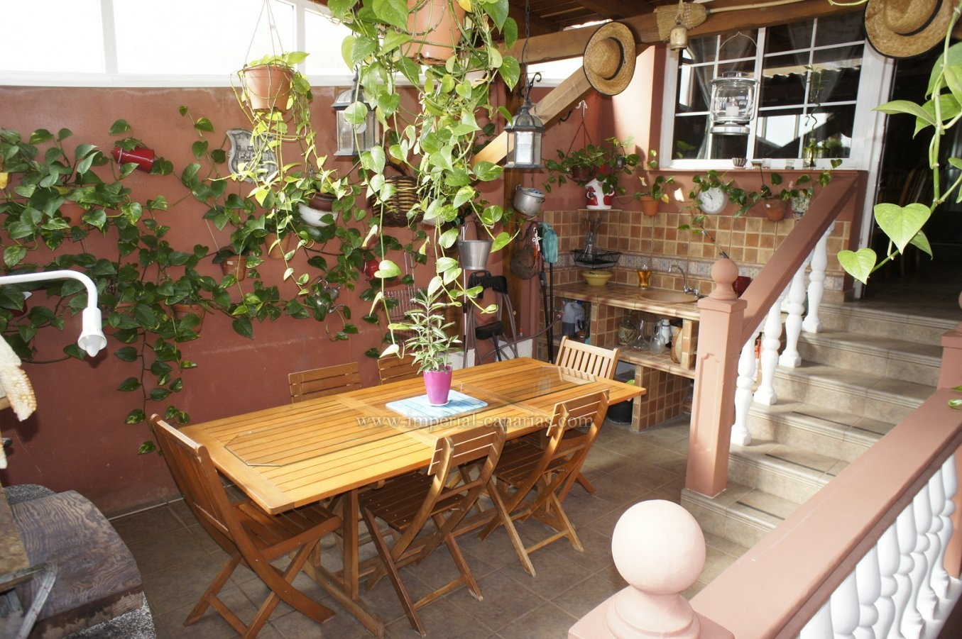 Coqueto adosado con patio y buhardilla en zona tranquila. Garaje grande!