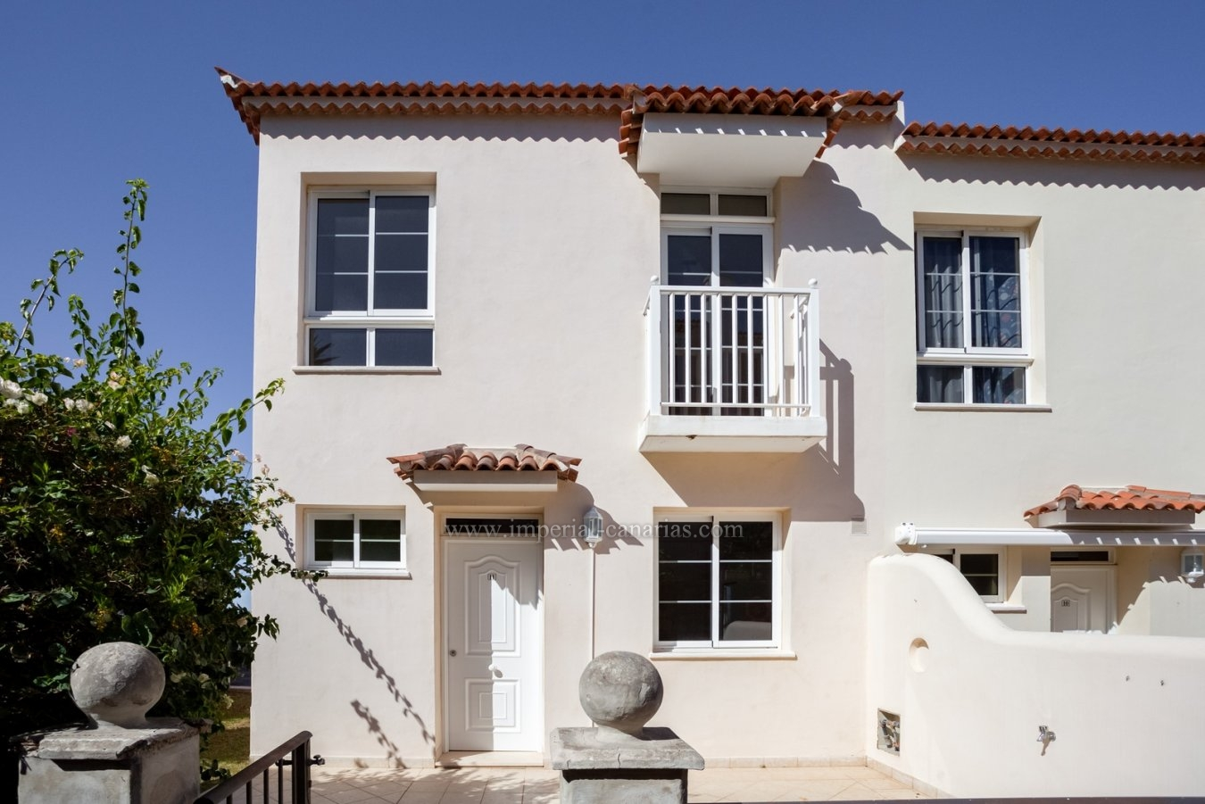 Handsome loxoury demi detached villa with sea views!