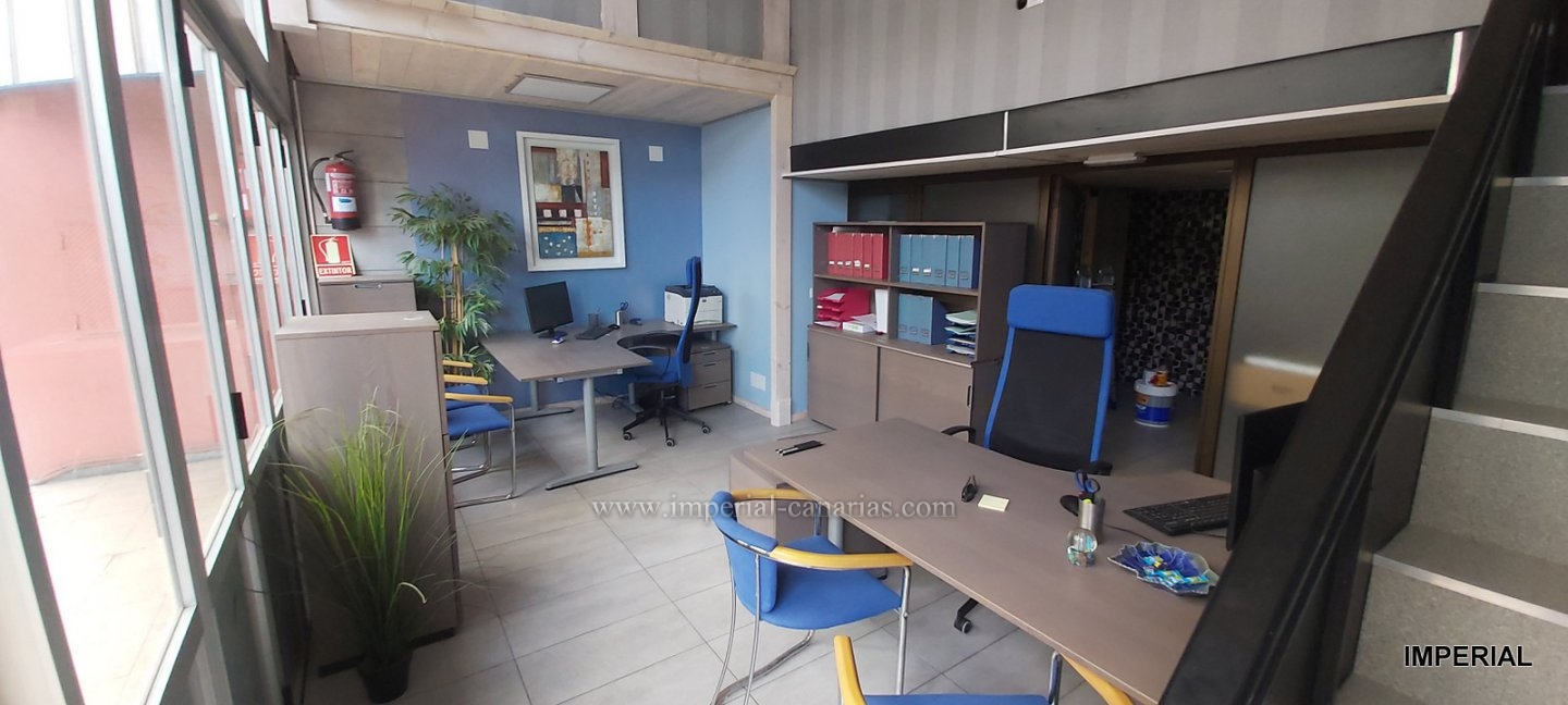 Comfortable furnished duplex office located in the Martianez area with easy access.