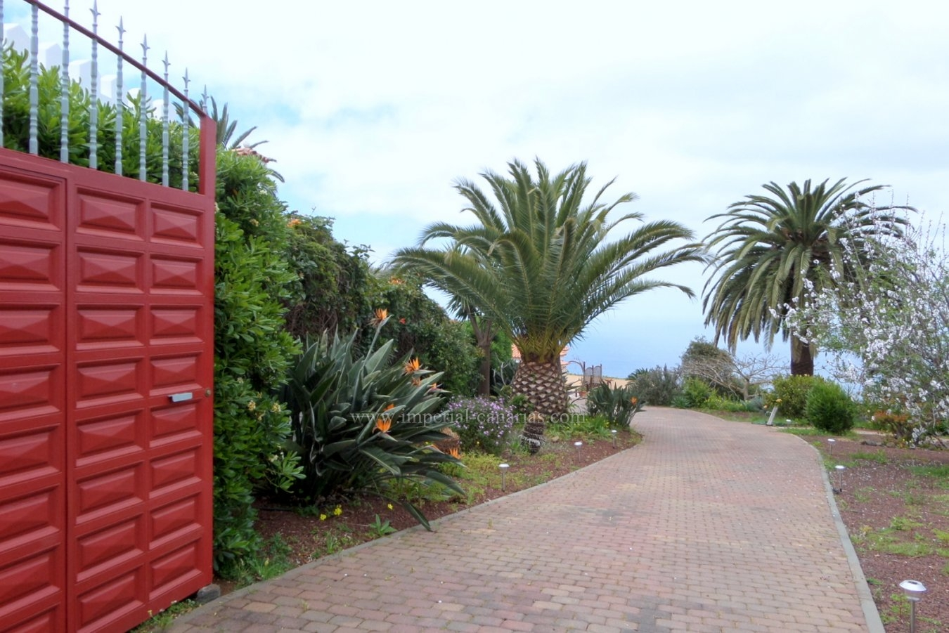 Chalet en venta en la zona de Tacoronte con impresionantes vistas panorámicas, en gran parcela con bello jardín y variado huerto.