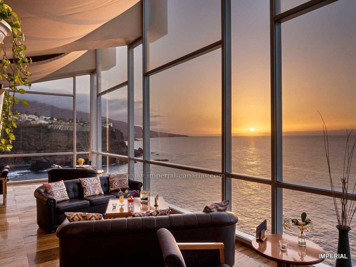 Wunderschönes komplett renoviertes Apartment mit einem Schlafzimmer und spektakulärem Meerblick.