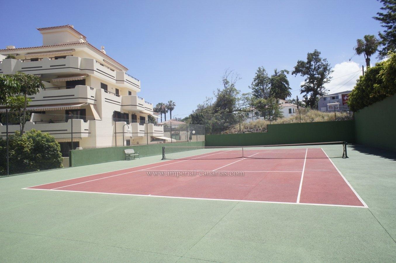 Acogedor apartamento con terraza y vistas. Piscina, tenis!