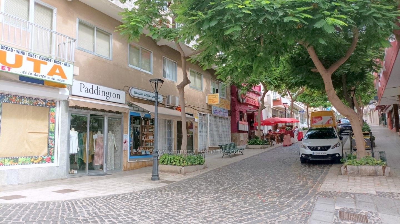 Zu verkaufen im Zentrum von Puerto de La Cruz, geräumige Wohnung mit drei Schlafzimmern, derzeit als Augenarztpraxis genutzt.