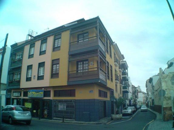 Edificio con dos apartamentos y un local comercial.