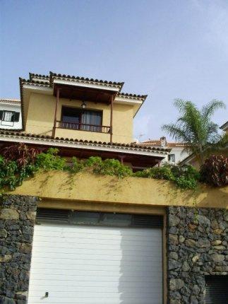 Doppelhaushälfte mit erstklassigen Baumaterialen mit Pool und Garten, Whirlpool, Terrasse.