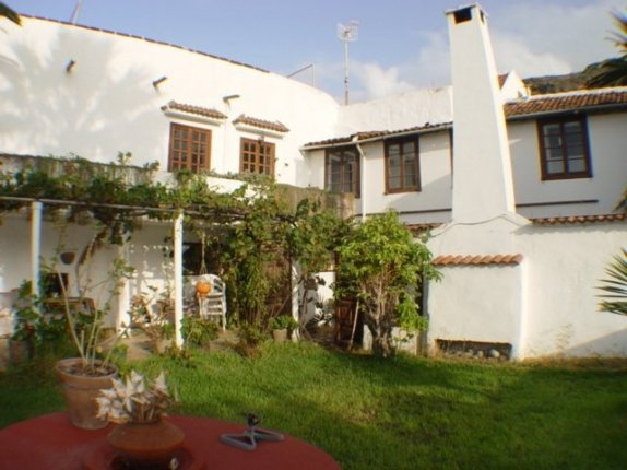 Impressive old canarian villa with plot.