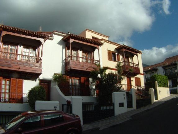 Large terraced house in quiet but central area of La Orotava with loft, garage.