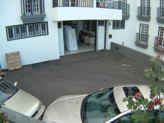 Geschäftslokal in centro  -  Grosses Lager mit Büroräumen und eigenen Parkplätzen. Direkter Zugang.