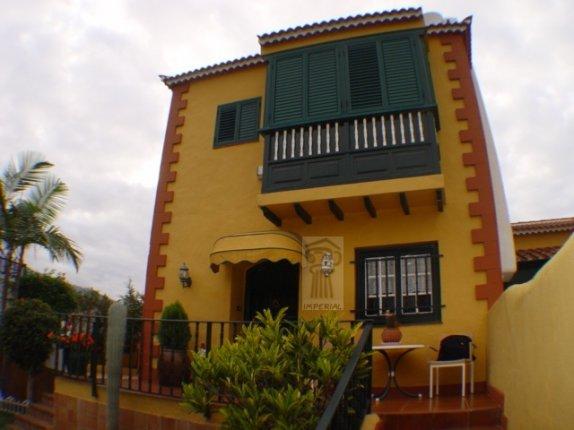 Doppelhaushälfte in El Durazno  -  Großes Eck-Reihenhaus mit gutem Ausblick und Verkehrsverbindungen