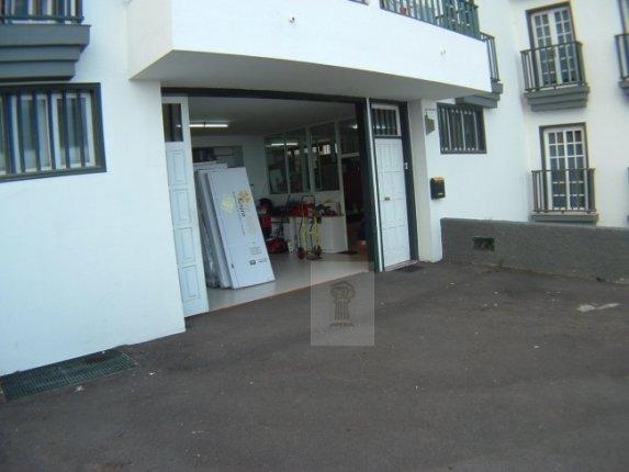 Grosses Lager mit Büroräumen und eigenen Parkplätzen. Direkter Zugang.
