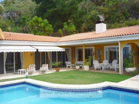 Einfamilienhaus in Humboldt  -  Großes und sonniges Chalet in ruhiger Gegend und mit wundervollem Blick. Pool.