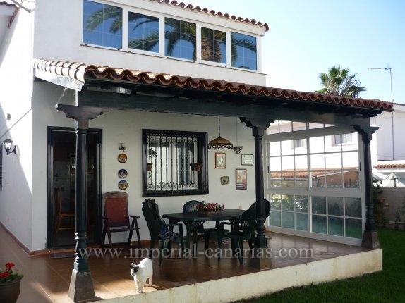 Einfamilienhaus in Las Palmeras  -  Repräsentatives und großes Stadthaus in ruhiger Wohngegend von La Orotava aber in Stadtnähe.