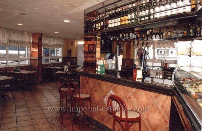 Gutlaufende Cafeteria in Miete mit 14 Tischen, Küche, 2 Toileten.