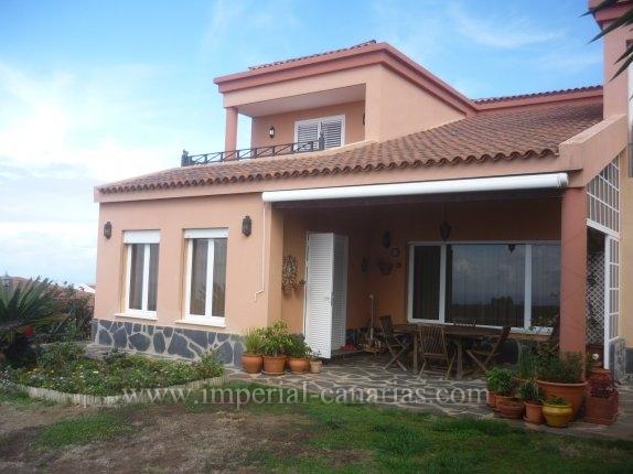 Einfamilienhaus in El Sauzal  -  Idyllisch gelegenes und neuwertiges Chalet mit pflegeleichtem Grundstück. Grosszügige und helle Raumaufteilung.
