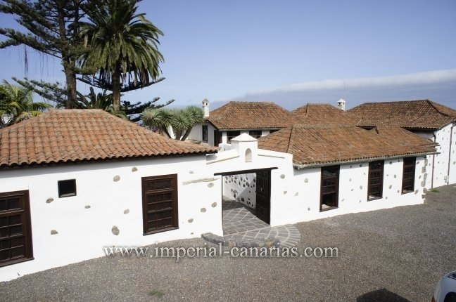 Impressive Finca right in the centre of Santa Ursula ideal for commercial use such as Restaurant o little rural Hotel, 80% renovated, large parking area.