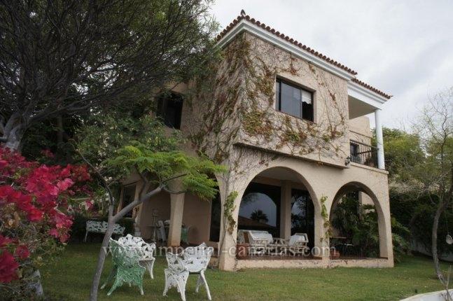 Einfamilienhaus in Puntillo del Sol  -  Grosszügige Villa im Landhausstil mit Meerblick.