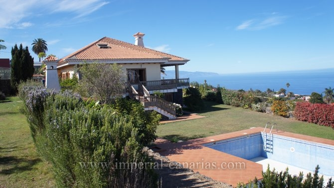 Impressive 13,000 m2 large finca with a three-storey villa with swimming pool,  agricultural crop area and finca administrators house.
