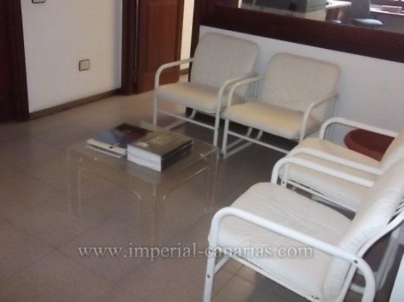 Fabuloso espacio de oficina que se puede convertir en amplio y luminoso apartamento de 210 m2 en un edificio residencial de El Tope.