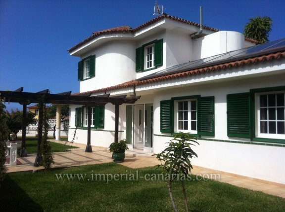 Einfamilienhaus in Sitio Litre  -  Dieses stilvolle und repräsentative Chalet besticht durch seine einmalige Lage, Aufteilung und erstklassische Ausstattung.