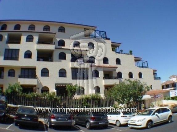 Appartement in El Tope  -  Wohnen Sie zentral in Puerto de la Cruz in einer eleganten Wohnung mit zwei Schlafzimmern und einer großen Terrasse mit herrlichem Ausblick.