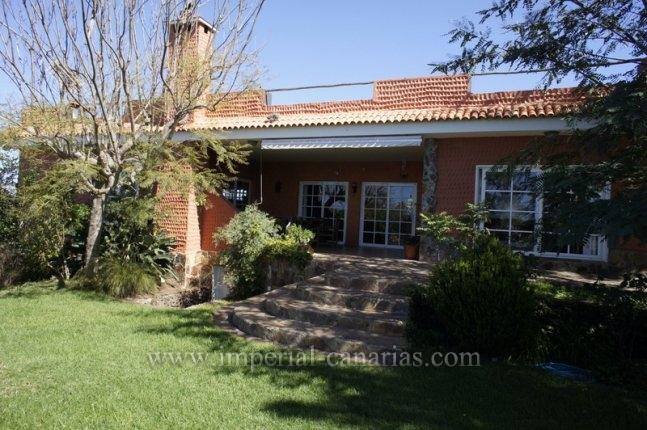 Einfamilienhaus in El Calvario  -  Grosszügiges Landhaus mit tollen Gärten und viel Grün unterhalb der Autobahn.