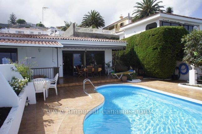 Three-bedroom Chalet  located in a quiet area of El Sauzal where you can enjoy a swimming pool and beautiful sea views.