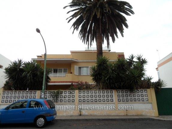 Duplex in San Fernando  -  Schönes Duplex mit vier Schlafzimmern in San Fernando in der Nähe des Taoro Park und Bellevue Clinic mit Blick auf den Teide und das Meer.