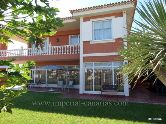 Einfamilienhaus in San Fernando  -  Wunderbare zweigeschossige Villa, nur wenige Minuten von der Innenstadt von Puerto de la Cruz. Diese Villa ist komplett mit Parkettboden, hochwertige Materialien in der K�che und Badezimmer renoviert.
