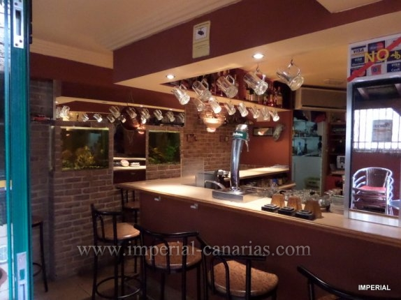 Bar with licence and capacity por 26 persons and an independent apartment in Puerto de la Cruz, area Martianez.  click to enlarge the image