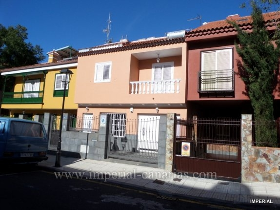 Splendid semidetached with four bedrooms in quiet area of La Orotava with BBQ aerea ideal for the whole family.  click to enlarge the image