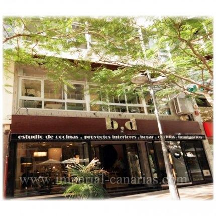 Edificio de nueve plantas ideal para inversión en Santa Cruz en zona de comercios y peatonal.