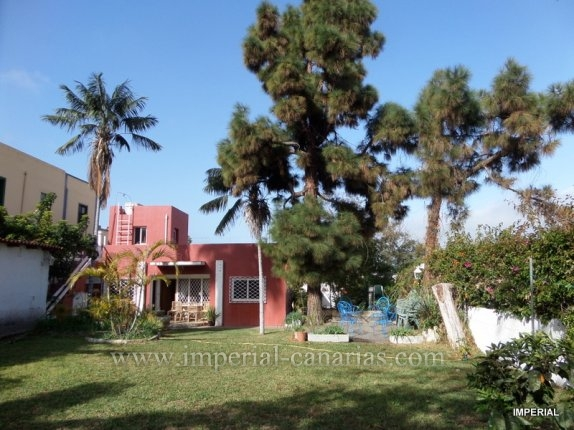 Canary style house in La Asomada  -  Detached house with a fantastic garden and barbecue area ideal for a family located in San Antonio.