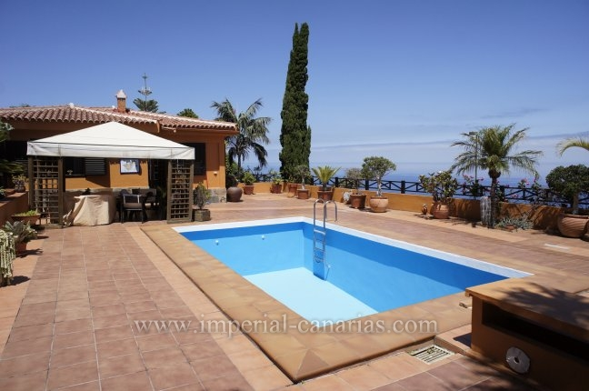 Splendid villa with pool and nice sea views!