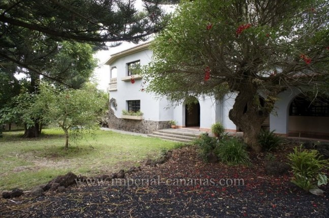 Chalet in Guamasa  -  Big villa with garden and terraces perfect for a big family
